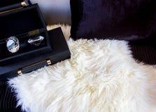 Диамант в коробке на роскошном месте с подушкой стоковая фотография rf