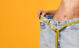 Диета, большие джинсы, потерянный вес, красивое тело, диаграмма стоковое фото
