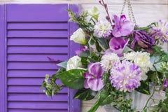 Дизайн и оформление сада для того чтобы украсить экстерьер фасада дома Букет других цветов пурпурной смертной казни через повешен стоковые фотографии rf