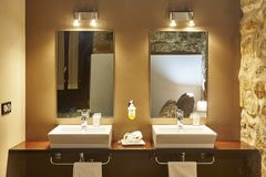 Дизайн двойного washbasin внутренний современный Украшение детали Bathroom крыто стоковое изображение