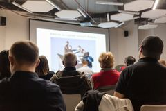 Диктор давая беседу в конференц-зале на бизнес-мероприятии Аудитория на конференц-зале Дело и стоковое изображение rf