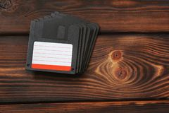 Дискеты на деревянной предпосылке Старый метод стоковые изображения rf