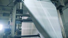 Длинные листы свертывая на транспортере, конец вверх акции видеоматериалы