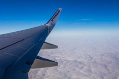 ДУБЛИН, ИРЛАНДИЯ - 23-ЬЕ АПРЕЛЯ 2017: Логотип Ryanair в крыле самолета с небом как предпосылка Ryanair имеет дешевые полеты стоковое фото rf