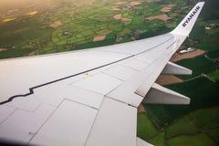 ДУБЛИН, ИРЛАНДИЯ - 23-ЬЕ АПРЕЛЯ 2017: Логотип Ryanair в крыле самолета с небом как предпосылка Ryanair имеет дешевые полеты стоковая фотография rf