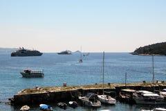 Дубровник, Хорватия, июнь 2015 Защитные пристань и яхты за им, открытым морем и туристскими вкладышами стоковое изображение