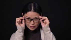 Думая азиатская коммерсантка на темной предпосылке акции видеоматериалы