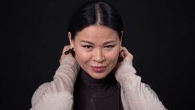 Думая азиатская коммерсантка на темной предпосылке видеоматериал