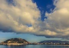 Драматические облака над San Sebastian в позднем вечере стоковая фотография
