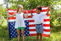 Друзья держат совместно флаг США стоковая фотография rf