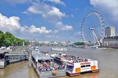 Ð ¡ τα σκάφη στον ποταμό Τάμεσης και το μάτι του Λονδίνου Στοκ Εικόνες