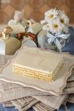 Ð ¡与mascarpone的hocolate蛋糕在包装的背景 库存照片