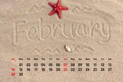 ¡ Ð alendar с морскими звёздами и seashells на песке приставают к берегу Februa Стоковое Изображение