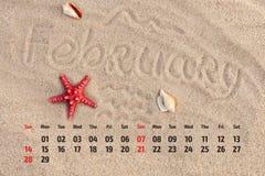 ¡ Ð alendar с морскими звёздами и seashells на песке приставают к берегу Februa Стоковая Фотография