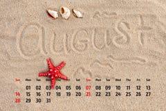 Ð ¡ alendar z rozgwiazdą i seashells na piasku wyrzucać na brzeg augusta Obrazy Stock