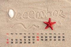 Ð ¡ alendar z rozgwiazdą i seashells na piasku wyrzucać na brzeg Decemb Zdjęcie Stock
