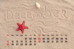 Ð ¡ alendar z rozgwiazdą i seashells na piasku wyrzucać na brzeg Decemb Zdjęcie Royalty Free