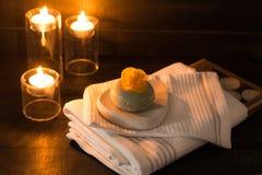 Ð ¡ andle, toweles en zeep met een gele bloem op een houten backg stock afbeelding