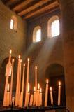 Ð ¡ andles i lekcy promienie w starym kościół katolickim Alsace, Fran Obrazy Stock