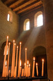Ð-¡ andles och ljusa strålar i den gamla katolska kyrkan Alsace Fran Arkivbilder