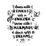 Ð-¡ arden med inskrift`-dans med feer, rider en enhörning, simmar med sjöjungfruar, jagar dina drömmar! ` i en moderiktig calligr Arkivbilder