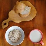 Оatmeal y leche Imagen de archivo libre de regalías