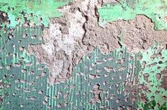Ð-¡ beanspruchte stark und brach Gipsfarbe auf einer Wand ab Lizenzfreies Stockfoto