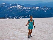 Ð- blonde Frau, die oben der Berg geht Stockbild