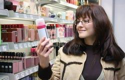Ð de vrouw kiest een parfum uit Stock Afbeelding