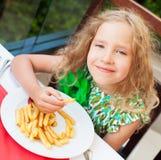Ð ¡ die hild chips in de koffie eten Royalty-vrije Stock Afbeeldingen