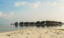 Ð'eautiful木别墅,站立在高跷在印度洋的绿松石水中,马尔代夫 免版税库存图片