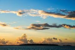 Ð•er benachbarte Insel in den Abendlichtern Lizenzfreie Stockfotos