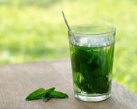 Ð- Glas tadelloser Tee auf einem Holztisch Stockfotografie