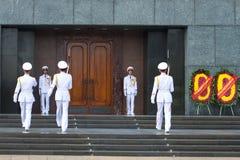 Ð-¡ hange soldaterna av hedersvakten på ingången till den Ho Chi Minh mausoleet fotografering för bildbyråer