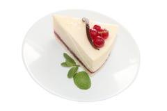 Ð-¡ heese Kuchen mit roter Johannisbeere und Minze treiben Blätter Lizenzfreies Stockfoto
