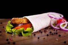 Ð ¡ hicken broodje met de ui en de peper van de slatomaat Royalty-vrije Stock Foto