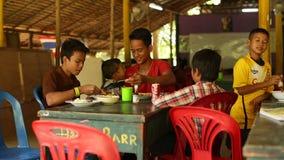 Ð ¡ hildren in het klaslokaal in lunchtijd op school door Zorg van project de Cambodjaanse Jonge geitjes stock footage