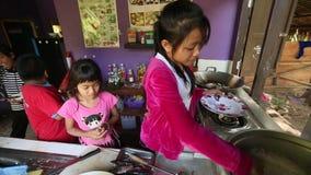 Ð ¡ hildren krijgt voedsel in lunchtijd op school door Zorg van project de Cambodjaanse Jonge geitjes stock videobeelden