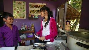 Ð ¡ hildren krijgt voedsel in lunchtijd op school door Zorg van project de Cambodjaanse Jonge geitjes stock footage