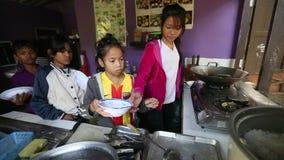Ð ¡ hildren krijgt voedsel in lunchtijd op school door Zorg van project de Cambodjaanse Jonge geitjes stock video