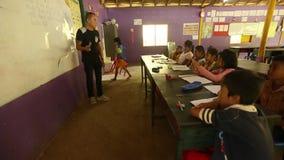 Ð ¡ hildren in les op school door Zorg van project de Cambodjaanse Jonge geitjes stock videobeelden