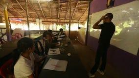 Ð ¡ hildren in les op school door Zorg van project de Cambodjaanse Jonge geitjes stock video