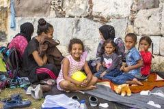Ð ¡ hildren wojennych uchodźców Kos wyspa lokalizuje właśnie 4 kilometru od turecczyzny wybrzeża Obrazy Royalty Free