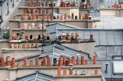 Ð-¡ himneys auf den Dächern von Paris Stockbilder