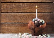 Ð ¡ hocolate松饼用五颜六色的蛋白软糖 库存照片