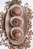 Ð ¡ hocolate松饼用咖啡豆 免版税图库摄影