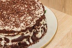 Ð ¡ hocolate蛋糕在酸性稀奶油被浸泡并且用巧克力削片装饰 库存图片