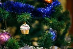 Ð-¡ hristmas klumpa ihop sig i form av muffin på julgranen Arkivbilder