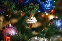 Ð-¡ hristmas klumpa ihop sig i form av muffin på julgranen Royaltyfria Foton