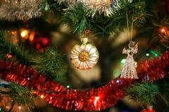 Ð-¡ hristmas klumpa ihop sig i form av solrosen på julgranen Arkivfoton
